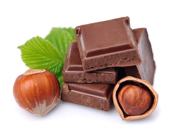 Cioccolato con il primo piano delle nocciole