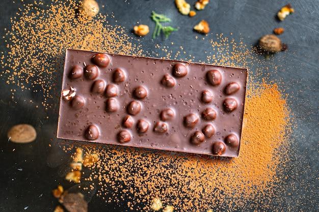 Cioccolato con noci nocciola dolce dessert spuntino pronto da mangiare