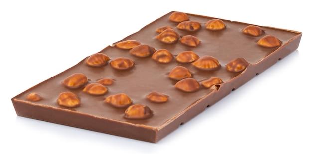Cioccolato con noci isolati su sfondo bianco.