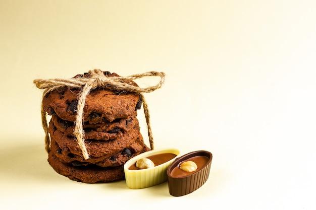 Cioccolatini e biscotti su uno sfondo giallo.
