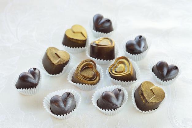 Cioccolatini a forma di cuore a base di latte e cioccolato fondente Foto Premium