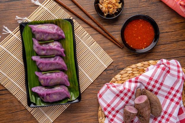 Gli gnocchi di verdure al vapore in padella choi noti anche come chai kwe o chai kue sono una delle tante speciali prelibatezze tradizionali asiatiche e questo choi pan è fatto con patate dolci viola