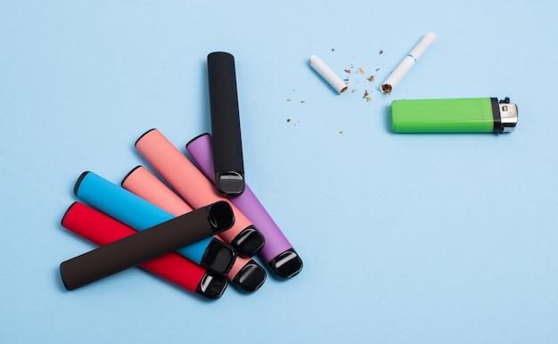 Scelta del moderno concetto di fumo sigarette elettroniche usa e getta e sigaro regolare alla nicotina rotto