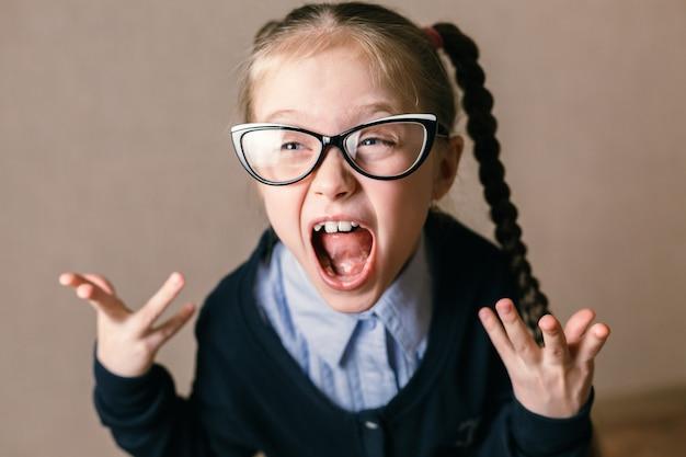 Studentessa in un concetto educativo shock