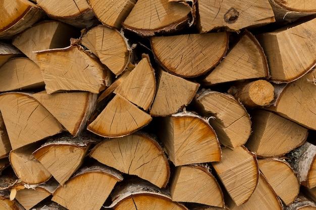Legna da ardere di betulla tagliata per il riscaldamento domestico, in mattinata soleggiata all'ombra. foto di alta qualità