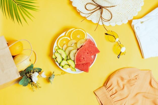 Frutta tropicale tritata in ciotole e piatti