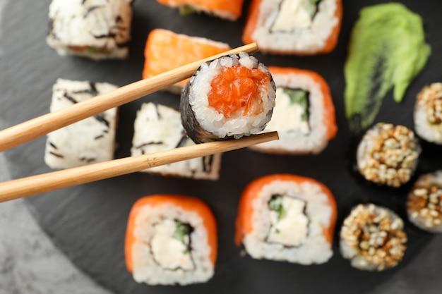 Bacchette con delizioso rotolo di sushi. cibo giapponese