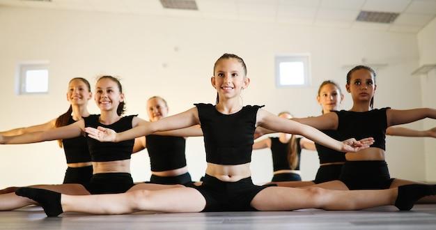 Danza coreografata da un gruppo di giovani ballerine che si esercitano durante la scuola di classe