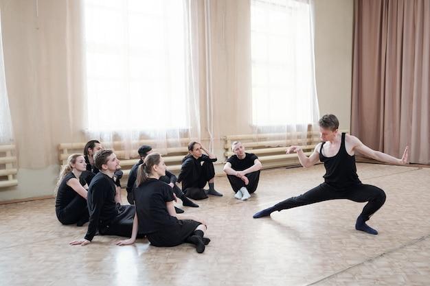 Coreografo che mostra movimenti di danza