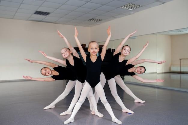Coreografo insegna balli per bambini.