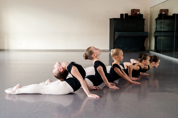 Il coreografo insegna balli ai bambini.