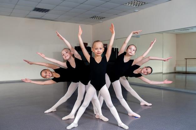 Il coreografo insegna i balli ai bambini.