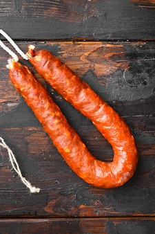 Salsiccia di chorizo sulla tavola di legno scuro.