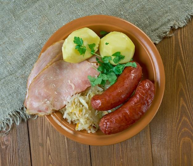 Choucroute garnie famosa ricetta alsaziana per preparare i crauti con salsicce e altre carni salate