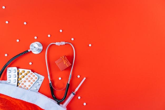 Adesivi natalizi con farmaci, siringa e stetoscopio