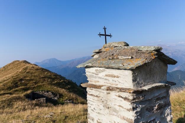 Cappella cristiana durante una giornata di sole sulle alpi italiane - concetto di fede