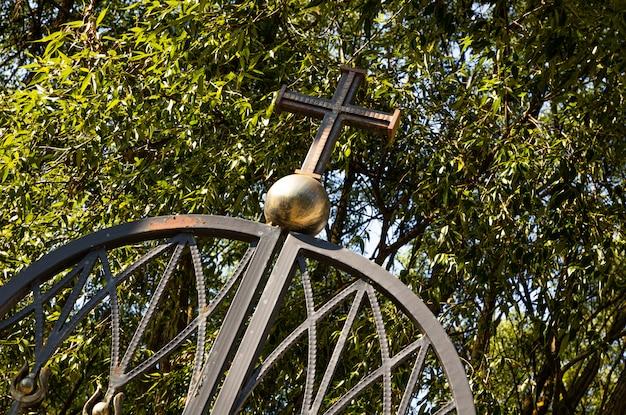Chiesa cristiana a minsk con cancello in metallo Foto Premium