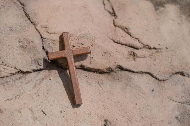 Croce cristiana di legno a terra.