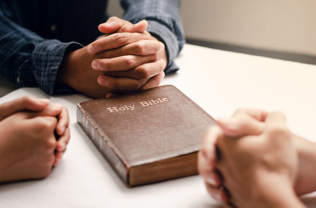 I cristiani si riuniscono pregano dio da vicino