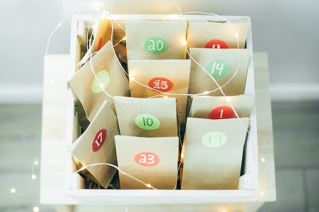 Calendario dell'avvento di natale. sacchetti di carta ecologici con regali per bambini. natale sostenibile.