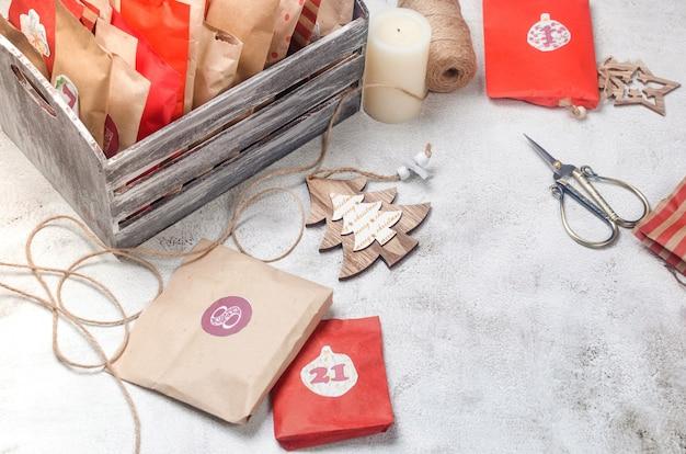 Calendario dell'avvento natalizio aspettando il natale con regali e dolci sorprese attività per bambini