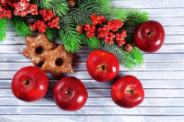 Mele di natale e biscotti fatti in casa sulla tavola di legno