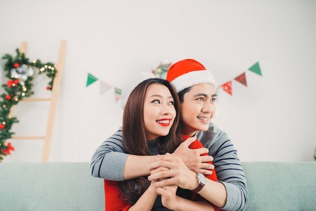 Natale asian couple.happy famiglia sorridente a casa che celebra. gente di capodanno