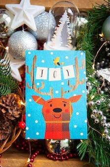 Sfondo di natale. bella carta con un cervo - iscrizione di gioia.