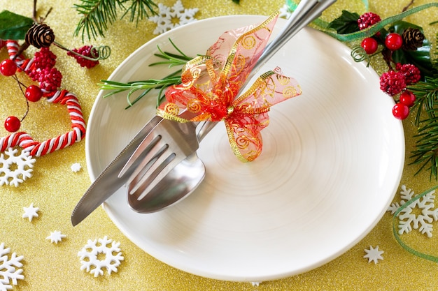 Sfondo natalizio tavolo con decorazioni natalizie piatto e posate per le feste con decorazioni