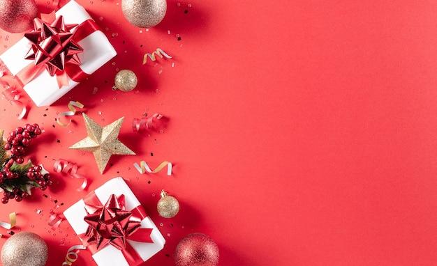 Natale concetto di sfondo. vista dall'alto del contenitore di regalo di natale palla rossa e dorata