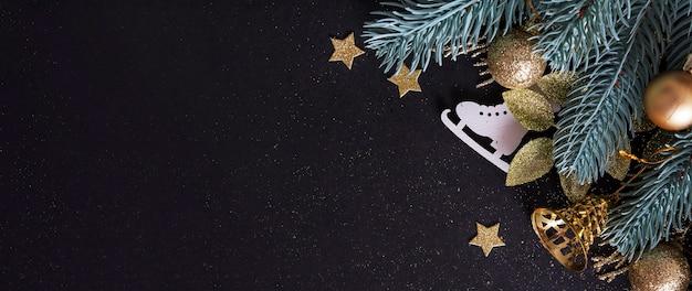 Sfondo di natale decorato con rami di alberi, stelle, campane e pattini con spazio di copia. vacanze invernali card decorazione festosa brillantezza concetto di divertimento