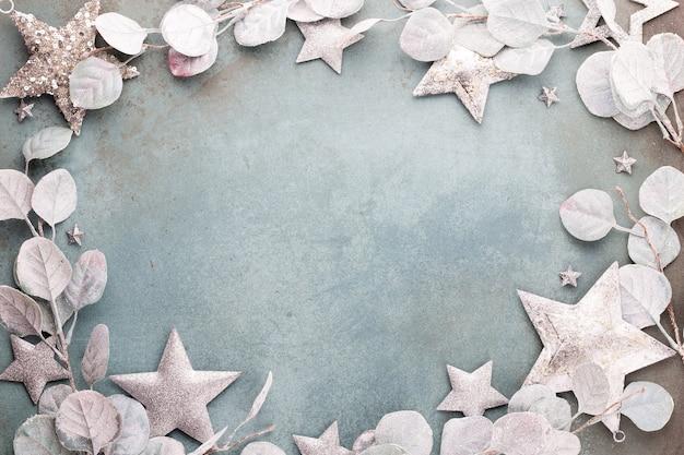 Sfondo di natale eucalipto e decorazioni di stelle di natale