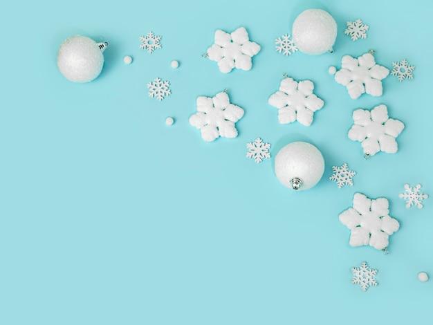 Cornice di sfondo di natale fatta di fiocchi di neve con spazio di copia