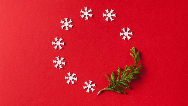 Sfondo natale, sfondo rosso capodanno con fiocchi di neve bianchi