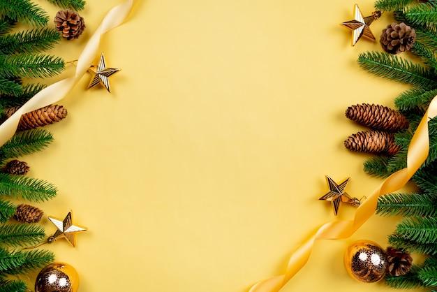 Sfondo di natale, albero di pino con decorazioni natalizie
