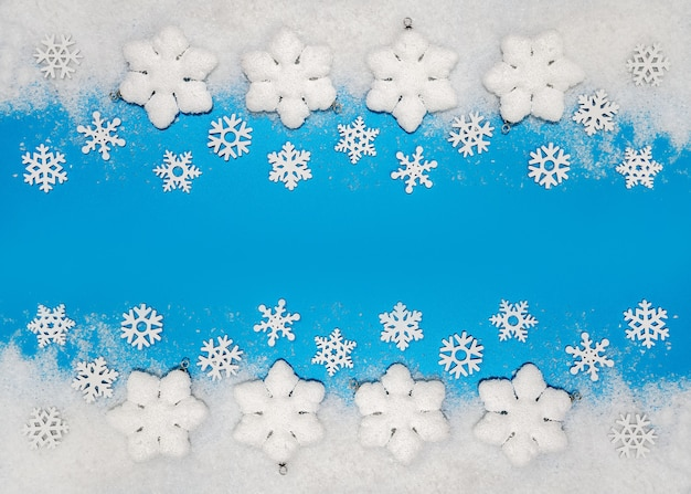 Sfondo di natale decorazioni bianche palle di natale e fiocchi di neve su neve morbida spazio copia