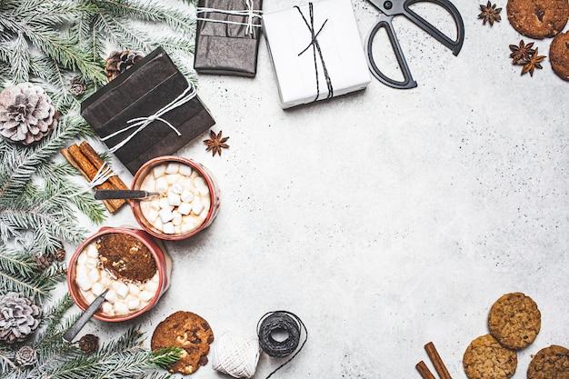 Sfondo di natale. cacao invernale con biscotti in una decorazione natalizia su uno sfondo grigio, copia dello spazio.