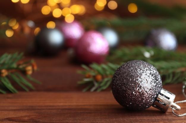 Sfondo natalizio con decorazioni natalizie, luci, palline, rami di albero di natale e bokeh