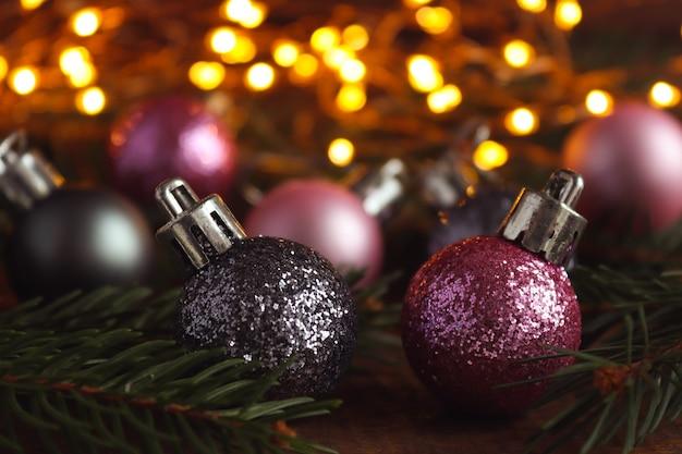 Sfondo di natale con decorazioni natalizie luci rami di albero di natale e bokeh