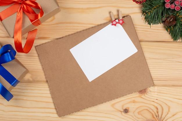 Sfondo di natale con scatole di regali di natale alberi di natale e scheda vuota