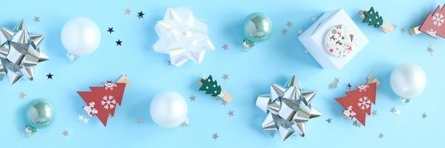 Sfondo di natale con decorazioni e confezioni regalo su blu
