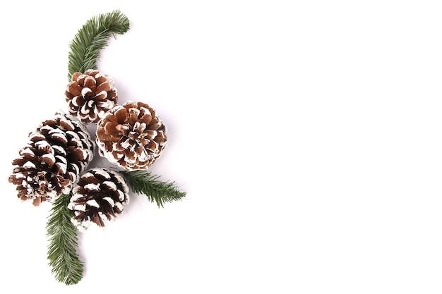 Priorità bassa di natale con le decorazioni e contenitori di regalo su priorità bassa bianca.