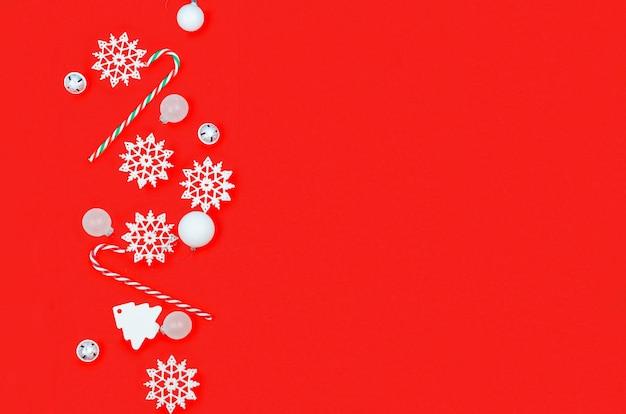 Fondo di natale con il concetto di festa dei regali delle decorazioni cartolina d'auguri piana del modello di disposizione dei regali