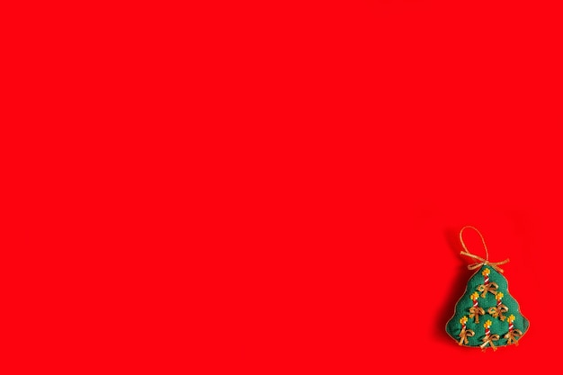 Sfondo di natale con giocattoli di natale ricamati su sfondo rosso, vacanze, capodanno e concetto di natale.