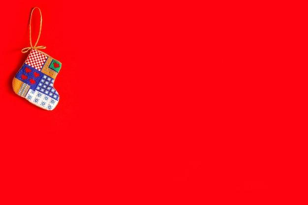Sfondo di natale con giocattoli di natale ricamati su sfondo rosso