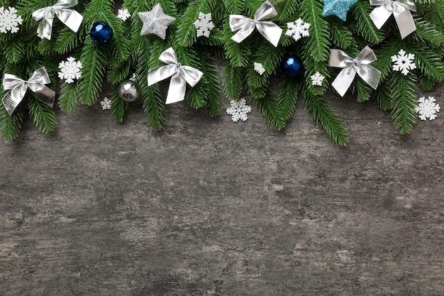 Sfondo di natale con rami di abete e decorazioni natalizie. vista dall'alto, copia spazio per il testo