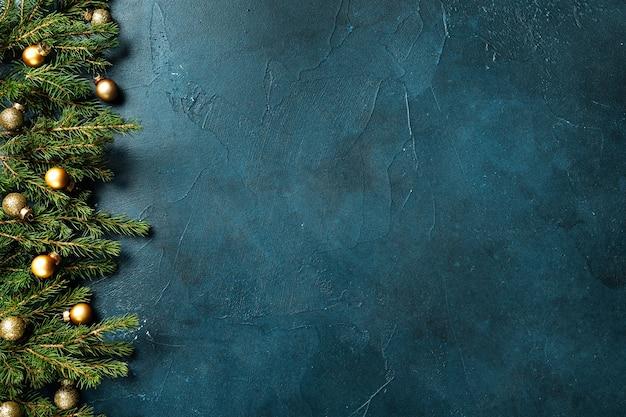 Sfondo di natale con abete e decorazioni su backround di menta dal bordo sinistro dell'inquadratura