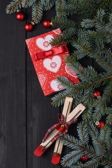 Sfondo di natale con albero di abete e confezione regalo