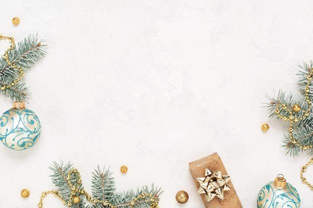 Sfondo di natale con regalo, decorazioni di capodanno sul tavolo bianco.