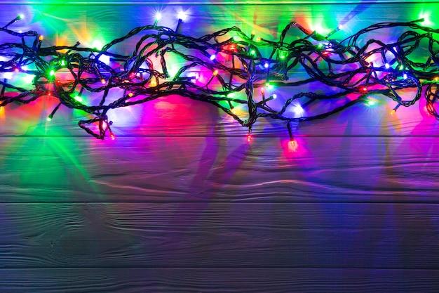 Sfondo di natale con luci e spazio di testo libero. luci di natale. incandescente luci colorate di natale. nuovo anno. ghirlanda.